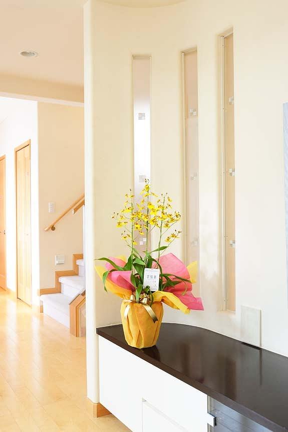 <p>温かみのある黄色の花ビラが散りばめられたオンシジューム アロハイワナガなら贈られたお部屋や店内を明るく演出します。<br /> </p>