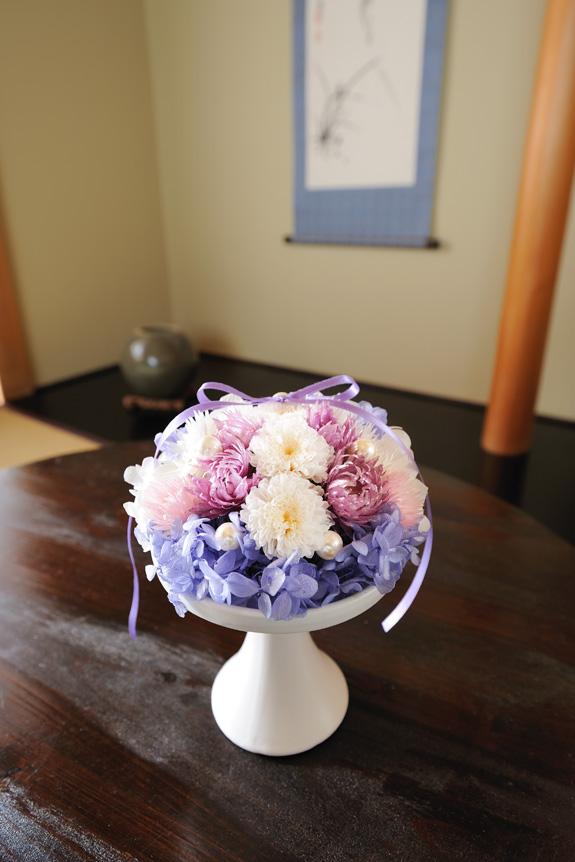 <p>常にお花の絶えない仏壇であることをコンセプトに、少し明るめのプリザーブドフラワーにいたしました。</p>