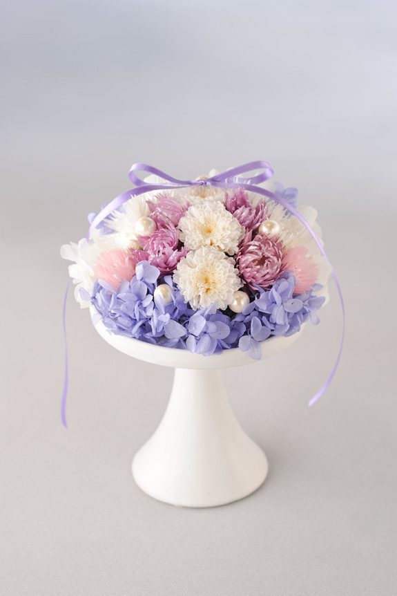 <p>仏壇などのお供え用として、長持ちするのお花(プリザ)を置いていただくよう企画した商品です。</p>
