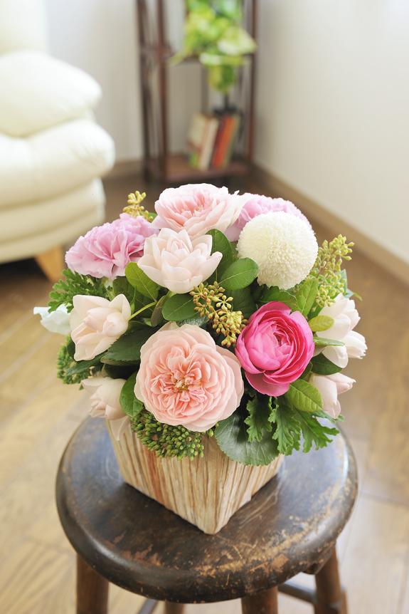 <p>季節の花材をふんだんに使ったハイセンスアレンジメントです。</p>
