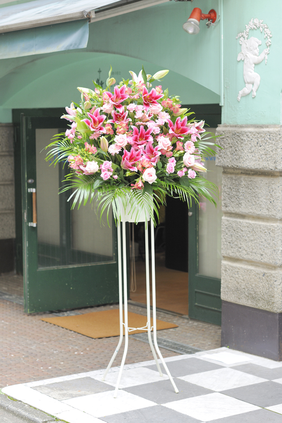 <p>お色指定はお届けする店舗やイベントのコンセプト、状況にマッチしますと、とてもお花が映えてまいります。</p>