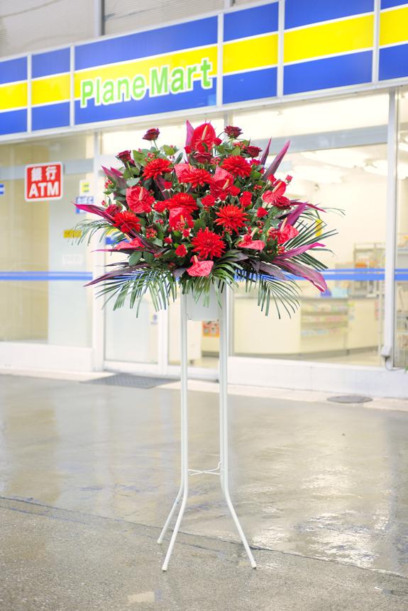 <p>情熱的で可憐なイメージをお届け!赤系で統一したスタンド花です。</p>
