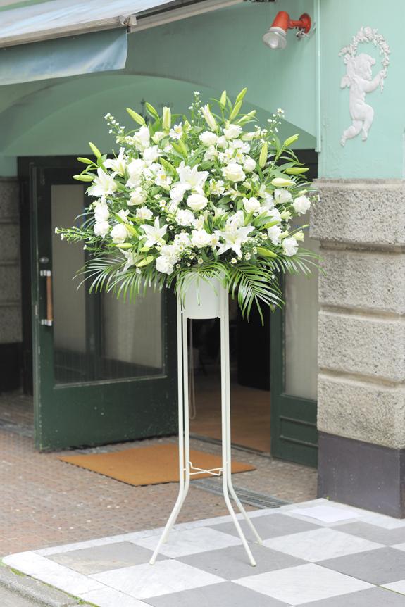 <p>お色指定はお届けする店舗やイベントのコンセプト、状況にマッチしますと、とてもお花が映えてまいります。<br /> </p>