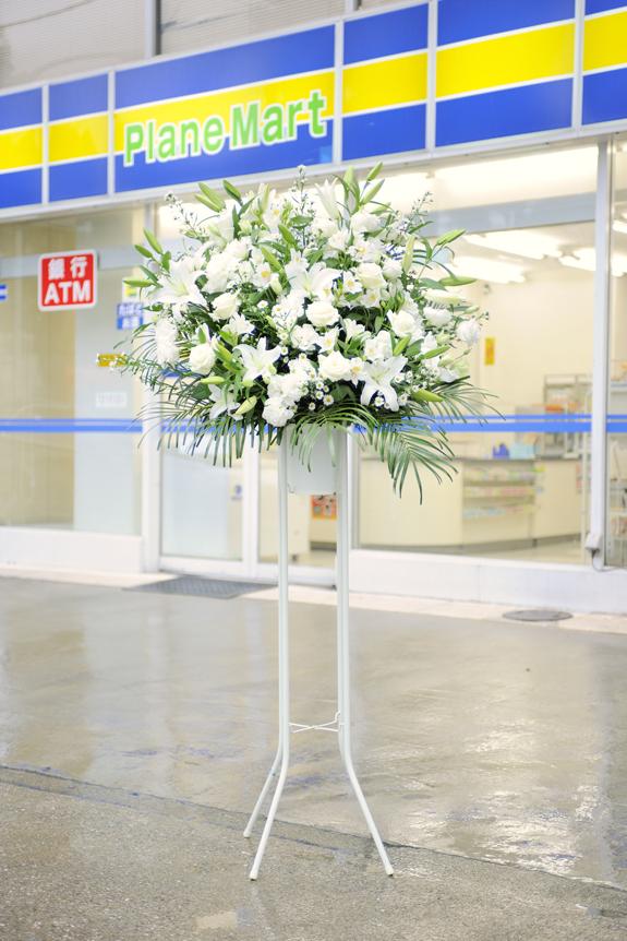 <p>純潔で清楚、お洒落ムード漂う白系で統一したスタンド花です。</p>