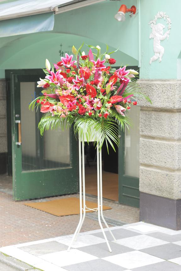 <p>可愛らしさと可憐さを癒合!ピンクと赤系2色仕立てのスタンド花です。</p>