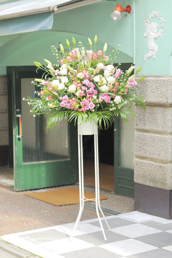 <p>可愛らしさの中にさわやかさ!ピンクと白系2色仕立てのスタンド花です。</p>