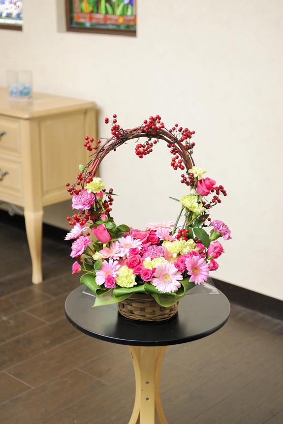 <p>季節のお花を少し変わったデザイン仕立てにしたアレンジメントフラワーです。</p>