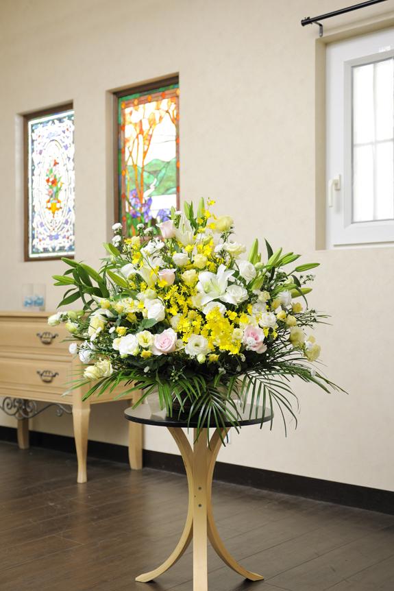 <p>白を基調にした淡色系のお花に花材の質とボリューム感をアップしたアレンジメントです。</p>