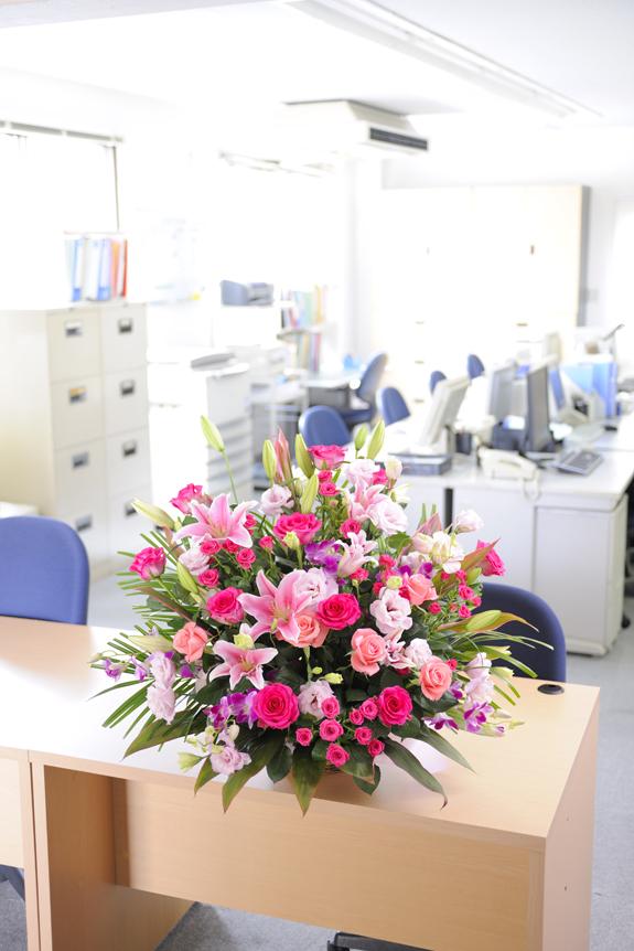 <p>カウンター、デスク、テーブルなどお客様目線に設置されることでお花に存在感が増します。</p>