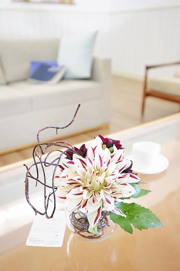 <p>造花アート(アーティフィシャルフラワー)のアレンジメントフラワーです。</p>