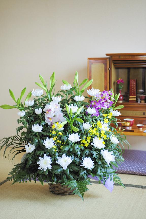 <p>供花は季節や土地柄にあわせたアレンジメントとなります。<br /> </p>