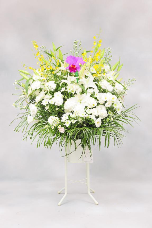 <p>供花スタンドでは花材を増やしボリューム感を出したワンランク上のコースで、洋花タイプです。<br /> </p>