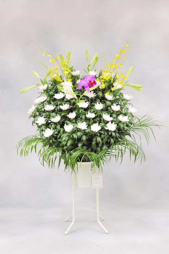 <p>供花スタンドでは花材を増やしボリューム感を出したワンランク上のコースで、和花タイプです。</p>