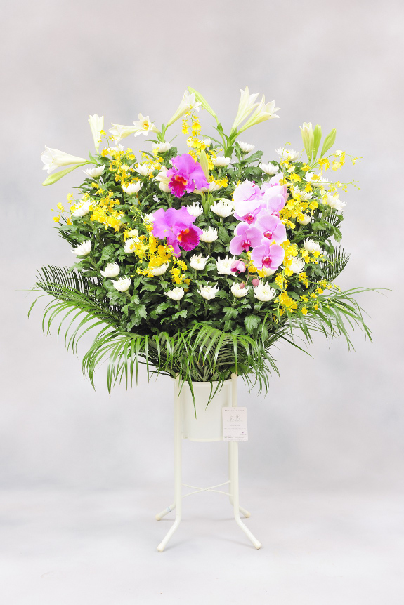 <p>花材を増やし最大限にボリューム感を出した見栄え抜群のお仕立てをしております。<br /> </p>
