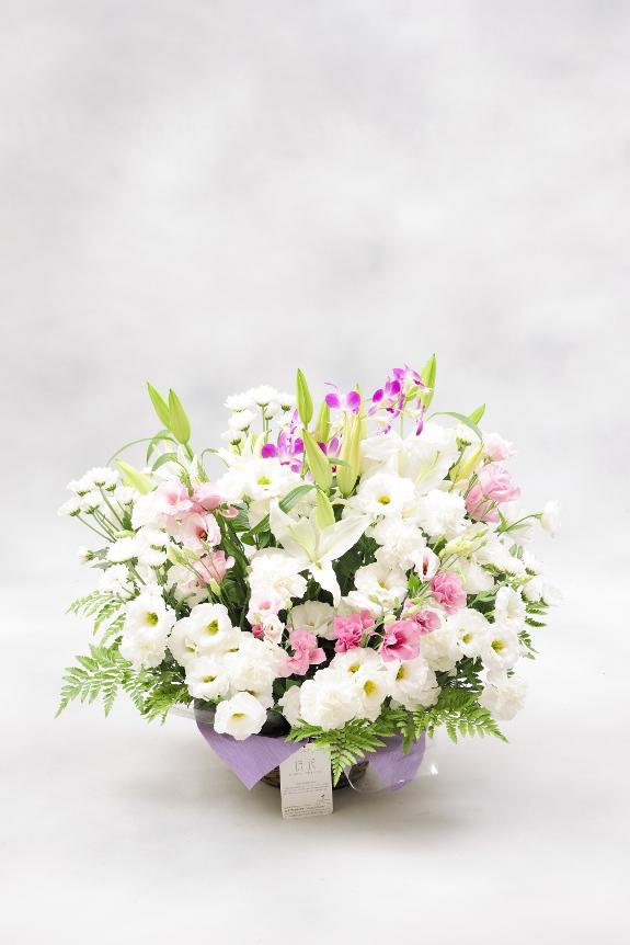 <p>2色指定(ピンク系) 1万円コースは、少し明るめなピンク系のお花を入れることで、明るい見栄えの仕立てで、少し小さめサイズの供花です。</p>