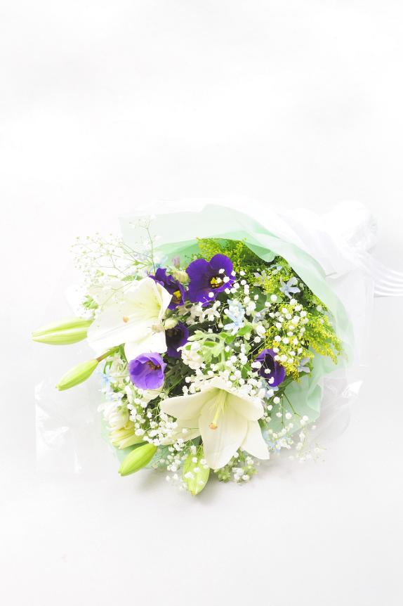 <p>お時間がなくてお供え花を買いに行けない場合、ご自身のお手元にお届け後ご持参されたり、<br /> お届け先に直送したりなど便利に花束をお求めになれます。</p>