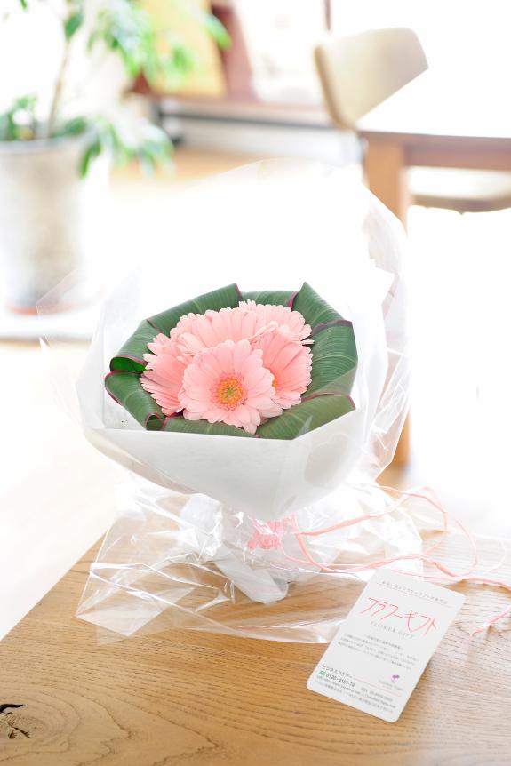 <p>ガーベラが綺麗に敷き詰められた可愛らしい花束です。</p>