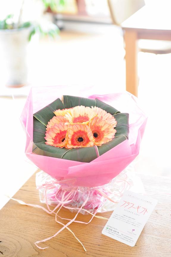 <p>その時、その瞬間に厳選した鮮度の良いお花でブーケをお仕立ていたします。</p>