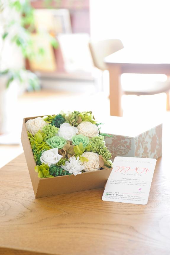 <p>デザイナーにより鮮度の良いお花を、一つ一つ丁寧にお花を敷き詰めております。</p>