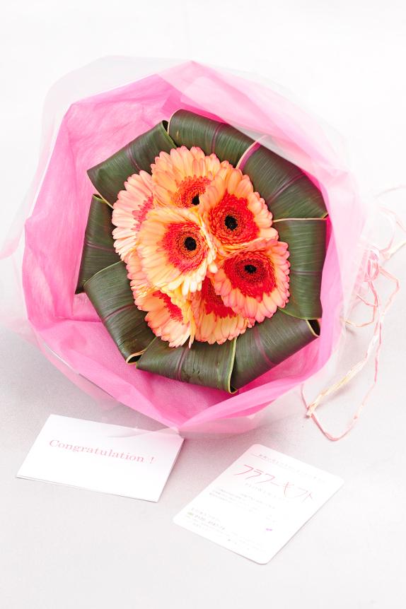 <p>お花と一緒に大切な気持ちを一緒・・・メッセージカードを無料でお付けしております。</p>