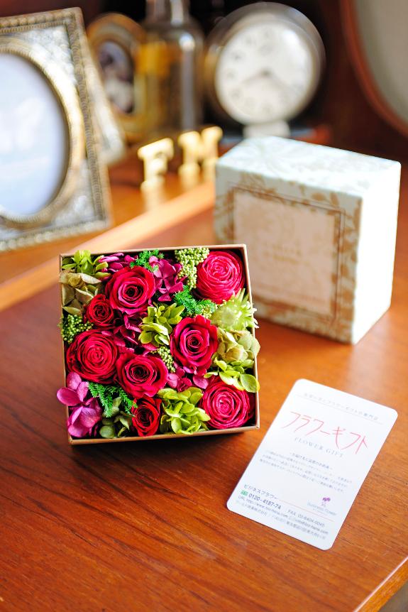 <p>箱を開けると、Boxにぎっしりと敷き詰められたお花が顔を出す商品です。</p>