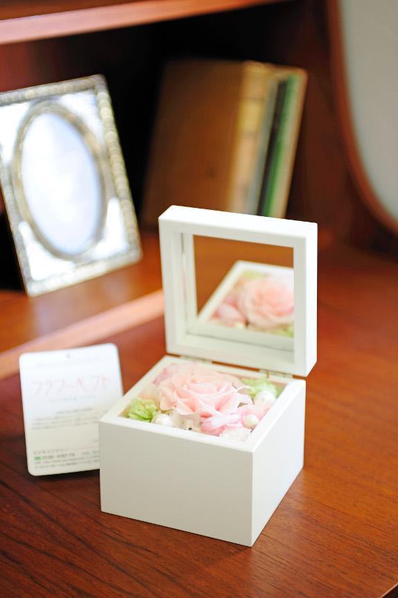 <p>蓋を開けると、可愛らしバラが顔を覗かせます。</p>
