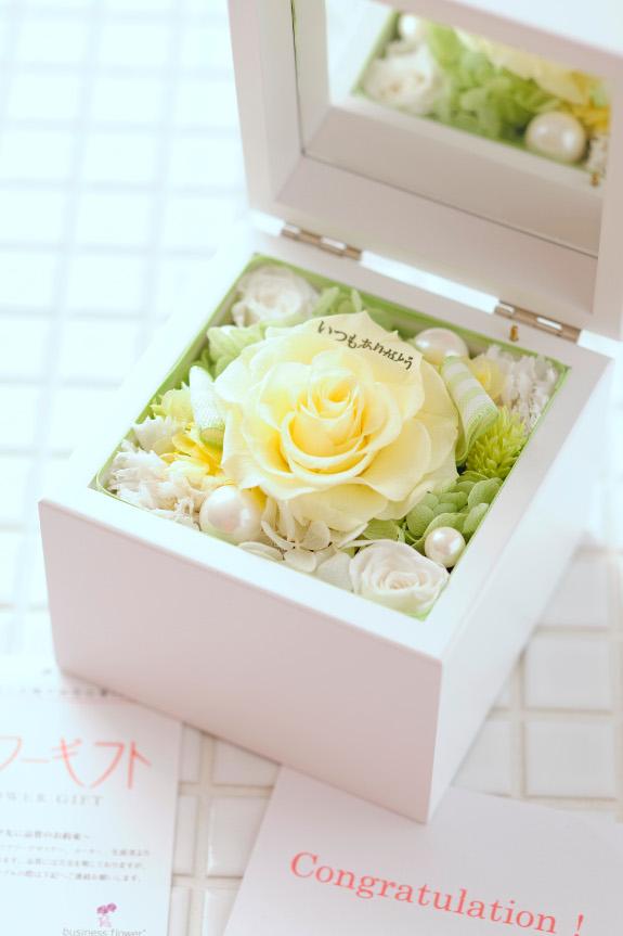 <p>花びらにお好みのメッセージを刻む事が可能なメッセージフラワーです。</p>
