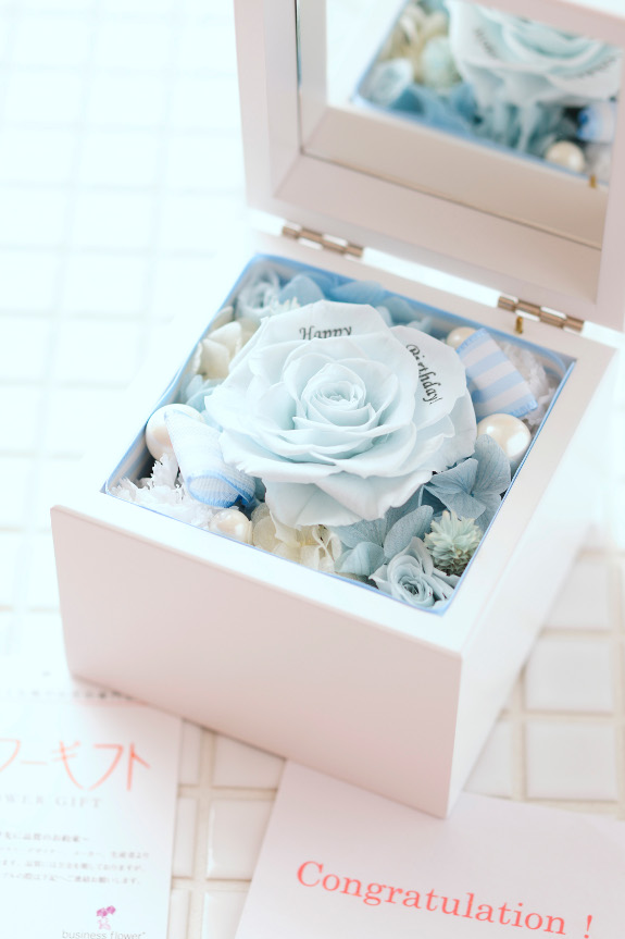 <p>枯れないお花の花びらにメッセージを刻印してお届け致します。</p>