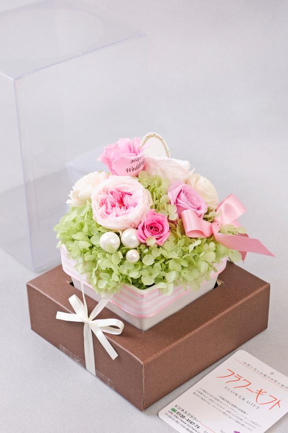 <p>クリアボックスに入れお届け致しますので、そのまま飾る事が出来ます。また、お花はお手入れが楽なプリザーブドフラワーを使用しております。</p>