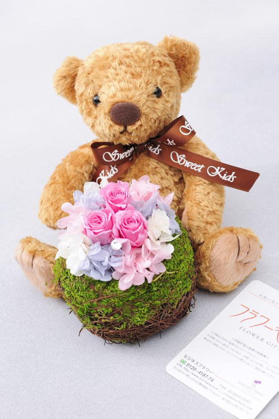 <p>クマがプリザーブドフラワーを抱えているような姿が可愛らし良い商品です。</p>