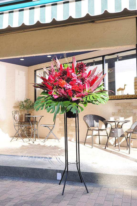 <p>赤系のお花でラグジュアリーかつモダンに仕上げたスタンド花。</p>