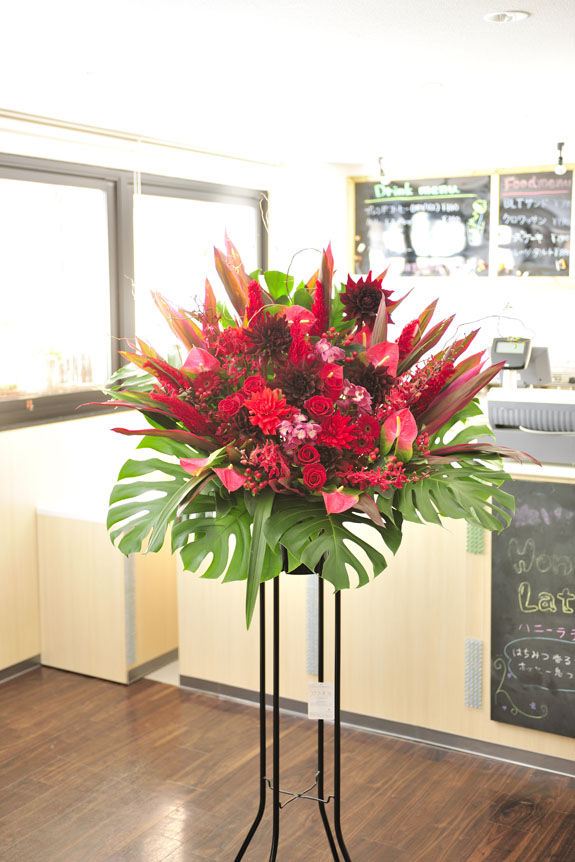 <p>ボリューム感もあり高級感のある作りのスタンド花。</p>