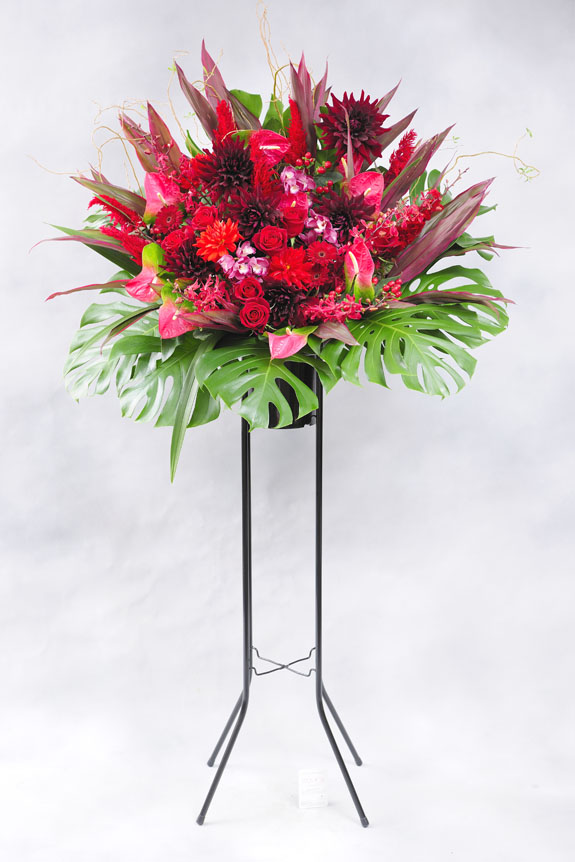 <p>赤系の稀少花材で仕上げたスタンド花は注目されること間違いなし!?</p>