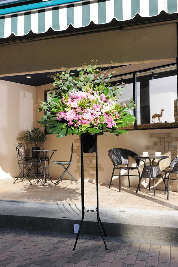 <p>可愛らしさと高級感を兼ね備えたスタンド花に仕上がっています。</p>