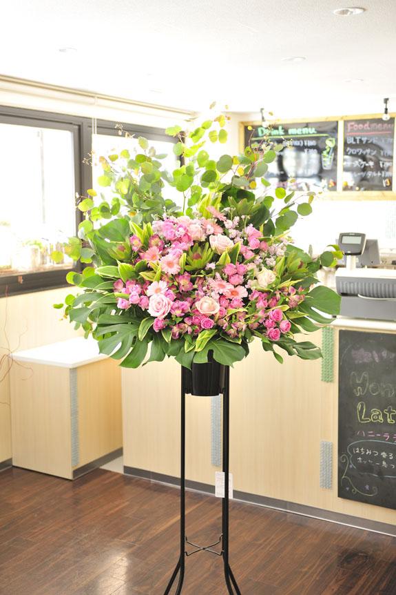 <p>華やかで可愛らしい雰囲気のお店の開店祝いになどにオススメのスタンド花です。</p>