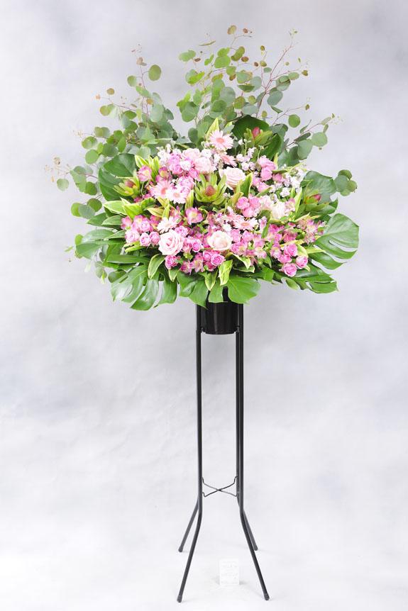 <p>ピンク系の稀少花材で仕立てたスタンド花。</p>
