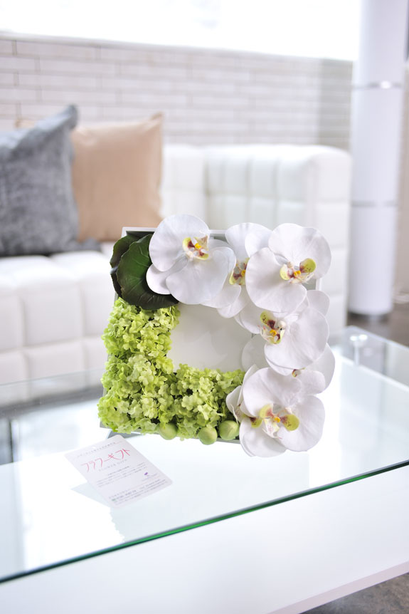 <p>壁掛け・立掛けにも利用できる造花アレンジメントです。</p>
