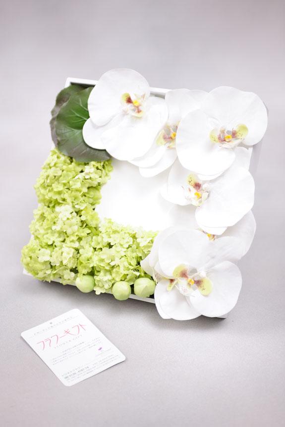<p>胡蝶蘭のお花が爽やかな高級造花アレンジメントです。</p>