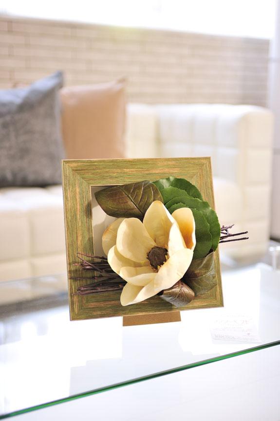 <p>大きなマグノリアのお花がメインの造花アートアレンジメントです。</p>