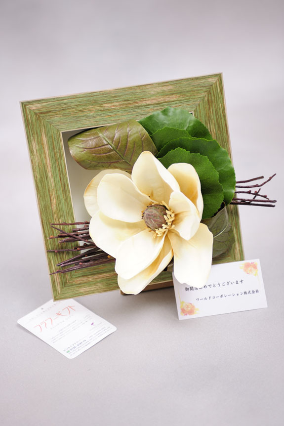 <p>無料メッセージカードを付けて贈り物としてもオススメの高級造花アートです。</p>
