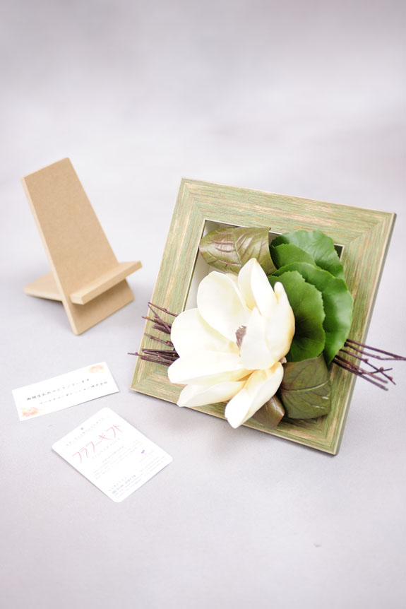<p>この造花アートアレンジメントには立掛け用の木板が付属品として付いています。</p>