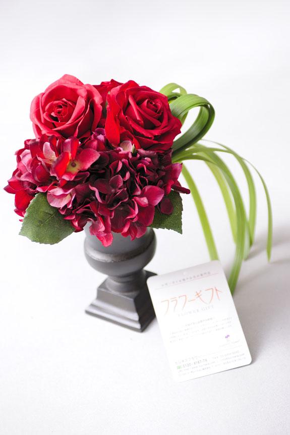 <p>真紅のバラとデザイン性の高い花器でスタイリッシュに仕上がった高級造花アート。</p>