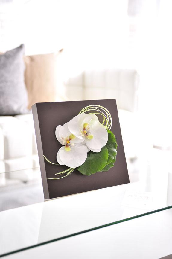 <p>白い胡蝶蘭をあしらった造花アートアレンジメントです。</p>