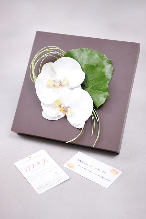 <p>無料メッセージカードを付けてプレゼントとして送っていただいてもOKな造花アートです。</p>