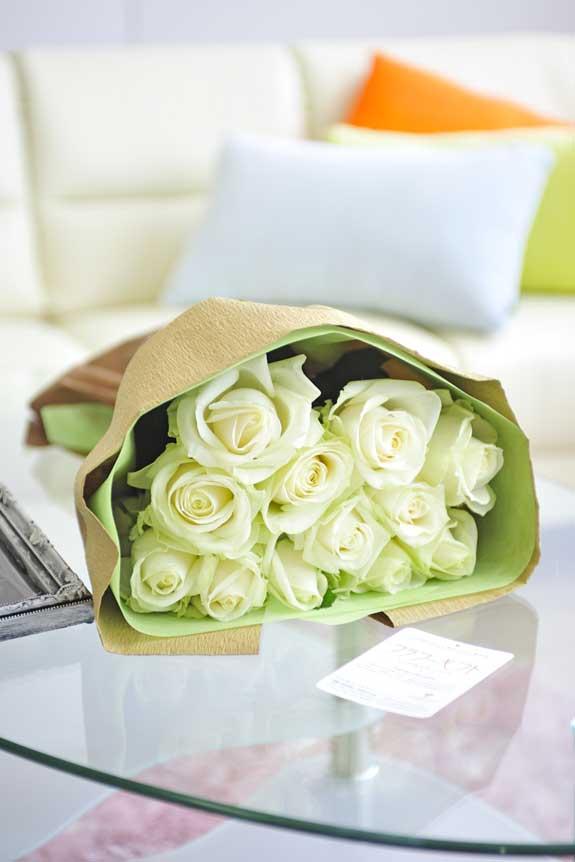 <p>清楚で爽やか、誕生日、結婚、長寿、新築、退職などのお祝い事にオススメの白バラの花束・ブーケです。</p>