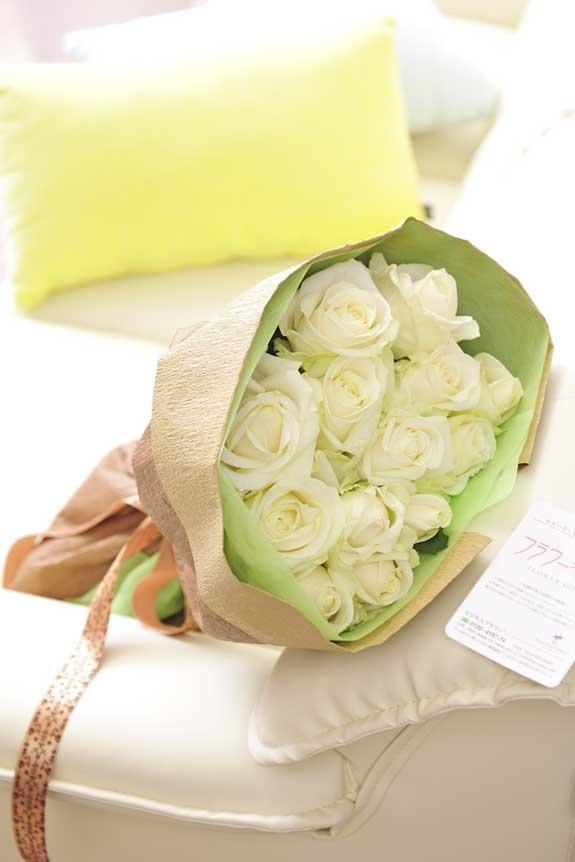 <p>白バラの花束・ブーケはフラワーギフト・贈り物に人気の商品です。</p>