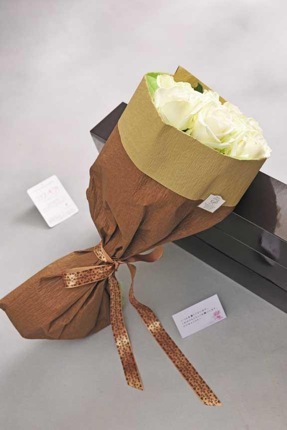 <p>白バラの花束・ブーケにはメッセージカーが無料で付けられます。</p>