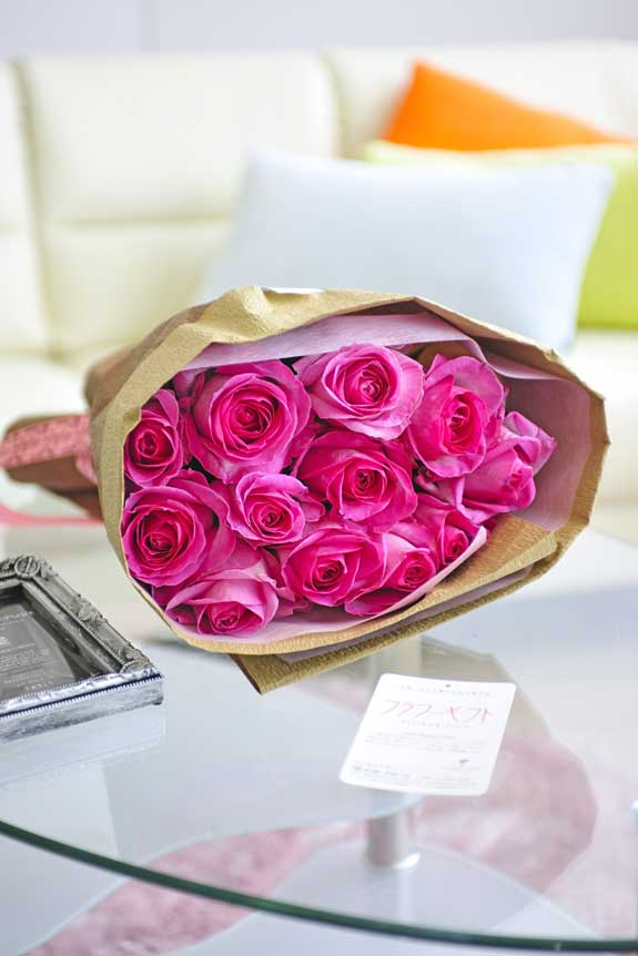 <p>ポップでキュート、誕生日、結婚、長寿、新築、退職などのお祝い事にオススメのピンクバラの花束・ブーケです。</p>