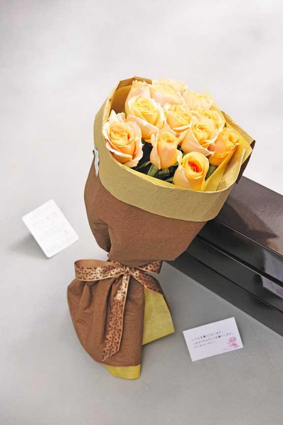 <p>オレンジバラの花束・ブーケにはメッセージカーが無料で付けられます。</p>