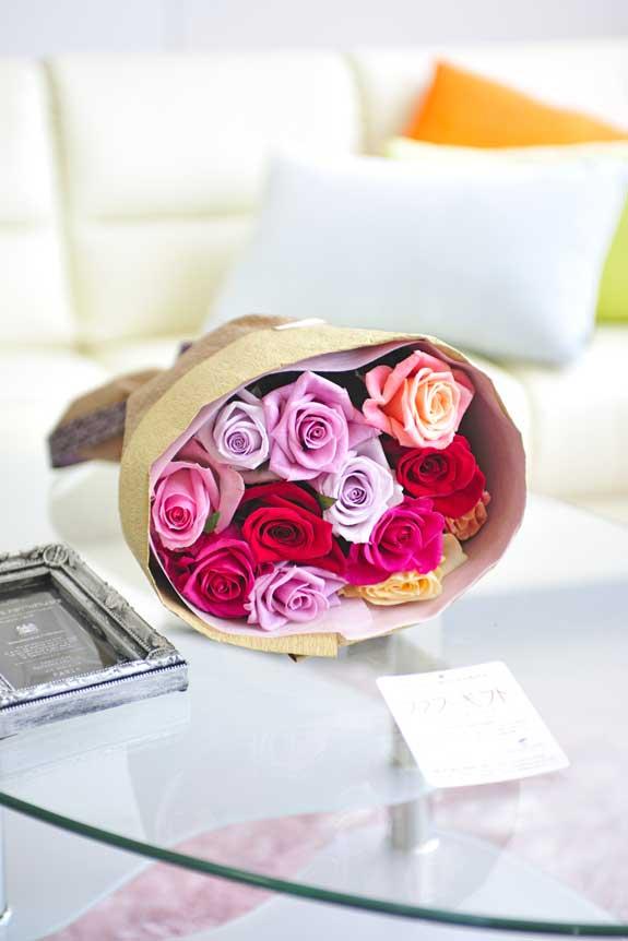 <p>カラフルで鮮やか、誕生日、結婚、長寿、新築、退職などのお祝い事にオススメのミックスバラの花束・ブーケです。</p>